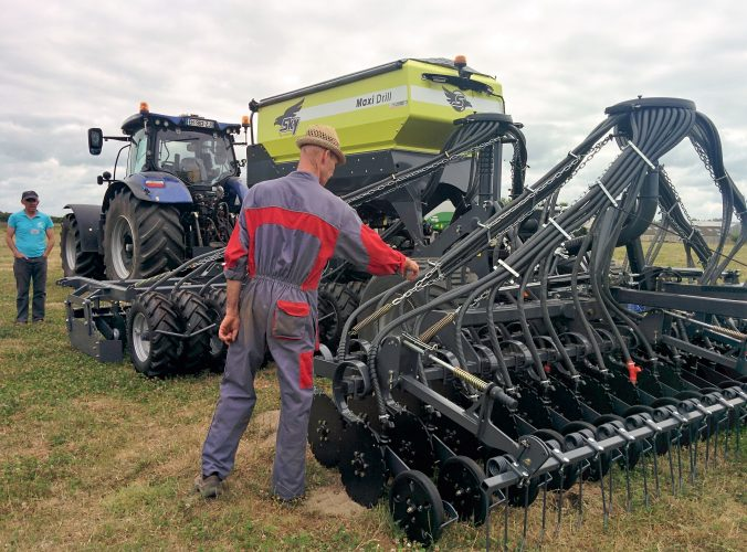 Patrick Durand montre une machine de semis direct